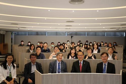 卓永財總裁與會場的師生合影。